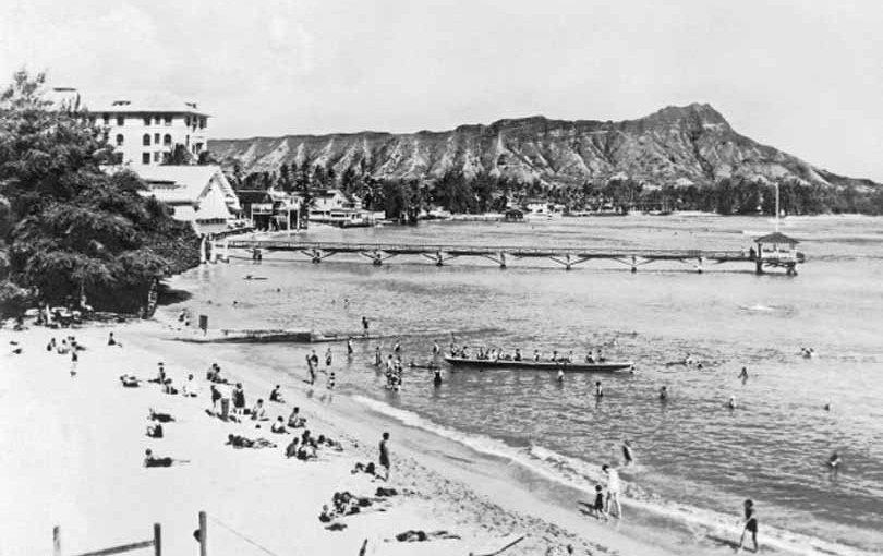 Hallada una foto en Hawái, de más de cien años, del primer surfereuropeo