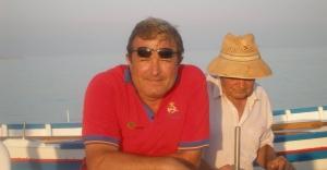 Pepe y Julián Almoguera, hijo y padre, entre jábegas, olas y mar. Foto: Moni Reyes.