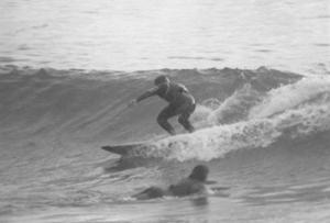 Surfista malagueño en el campeonato de España de 1976, Cantabria. Nótese la camiseta de color por encima del neopreno, para distinguirlo del resto de participantes.