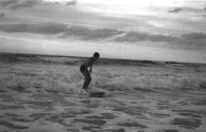 Félix Cueto en Salinas, 1963. Hasta la momento se trata de la primera foto en España que registra un surfista en acción. Foto: archivo familia Cueto.