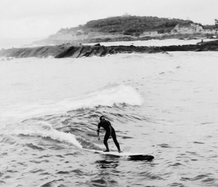 Giribet, creador de la primera tabla artesanal hecha en Cantabria. En la foto, surfeando en el sardinero, aprox. otono de 1965. Foto: Archivo Mecolay.