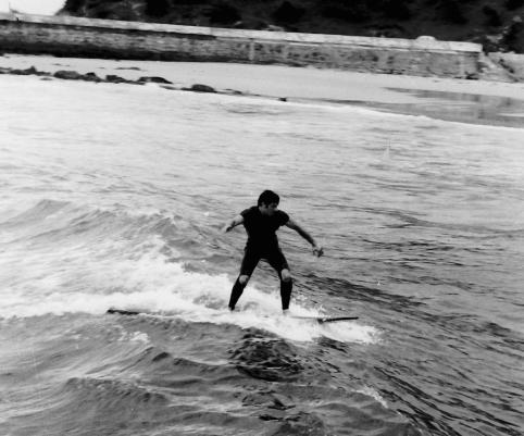 Meco en el Sardinero (La Concha), Santander, aprox. otoño 1965, pocos meses después de que comenzara el surf en Santander a través de Jesús Fiochi. Nótese las rodillas al descubierto por efecto del rozamiento constante durante la remada, que por aquel entonces se hacía de rodillas. Foto: Archivo Mecolay.