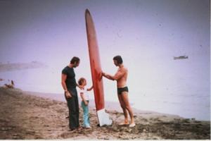 Nerja (Málaga) 1972. En la foto Meco sujetando la tabla, y Juan Giribet con su hija. Foto: Archivo Mecolay