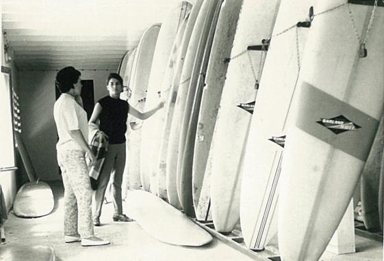 En el club Waikiki de Biarritz en busca de una tabla para Maruri, aprox. 1966. Foto: Archivo Mecolay.