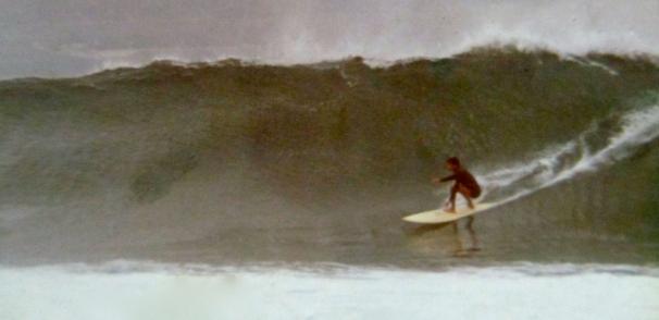 Octavio Suárez Cabrera en el Confital, años 70, potente ola que atrajo y atrae todavía hoy la atención internacional. Foto: Archivo Octavio Suarez.
