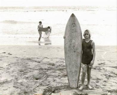 Masito en La Cícer, en sus comienzos. Detrás en la orilla, Octavio Suárez, el polaco. Eran los comienzos de un tiempo que se tornarían gloriosos en la competición española de surf. Foto: Cortesía Máximo Sosa.