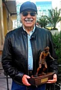 Amador Rodríguez con el trofeo de otorgado por la SNS de campeón de la zona asturiana (1972).