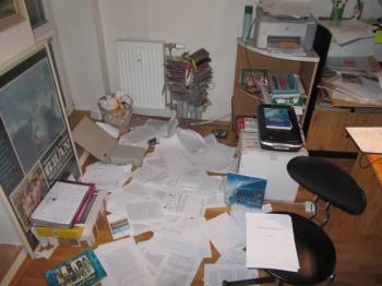 ¡Patas arriba, esto es un atraco! Ponte a revisar todo el libro. Fase final de corrección. Uno acaba hasta los papeles.