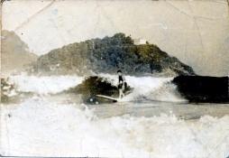 Javier en la playa de la Concha (Donosti) en 1967, con una tabla hecha por su hermano Iñaki.