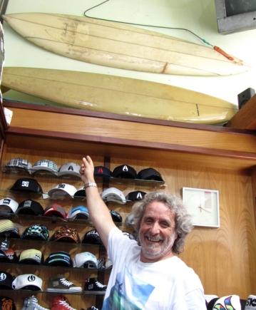 Carlos Beraza (junto a Merodio) fueron de los primeros shapers de España, hicieron y comercializaron tablas en un tiempo cuando no había tiendas de surf en todo el país. Por entonces, el problema fundamental de la expansión del surf era la carestía de tablas. Todo un reto de imaginación y pericia el fabricarlas con la precariedad de materiales de calidad. He aquí a Beraza mostrando algunas reliquias de los comienzos. Todas los jueves podéis escuchar su predicción del mar en el programa de radio dirigido y presentado por Roberto Flores, Hemisferio Surf, a través de internet.