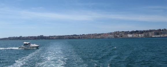 Bueno, y llegó la hora. Embarcadero, día azul, travesía Santander-Somo. El autobús del mar. Un viajecito marinero y refrescante. Popa dejando atrás Santander.
