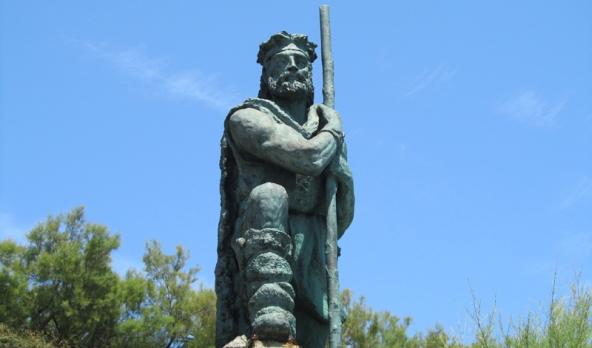 """Y hablando de los comienzos. STOP. Hay un hombre enfadado en medio del puente, con un palo tó largo entre las manos (y no es Nacho Vidal, es el de la foto) que no hay quien le entienda, ni él a nosotros. Me explico. Mientras el surf estaba naciendo en la Polinesia, en Hispania antigua... ojito con los cántabros, astures y vascones, que por aquí no entran ni romanos ni moros (eso si lo entendí). Me hice el Polibio y me dejó en paz. Al final llegó el surf y se tranquilizó la cosa. Pero con los años surgieron algunos tipejos acomplejados que jugando a creerse como ellos, pensaron que eran dueños de las olas. Y todo el mundo, o casi todo el mundo sabe que las olas se forman """"tó lejos"""", a miles de kilómetros a veces, y qué no pertenecen a mortal alguno."""