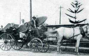 Transporte de la tabla con la que Duke hizo la exhibición.